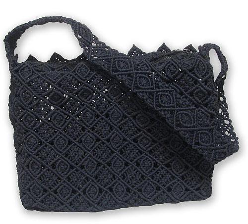Сплетённая в классической технике макраме элегантная и вместительная сумка.  Туго затянутые узелки позволяют ей.